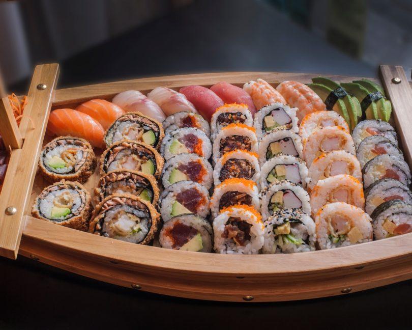 несколько видов суши на деревянной подставке