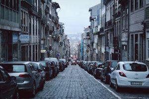 улица с припаркованными машинами