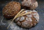 различные виды хлеба на черном фоне