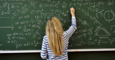девушка решает математические задачи на доске