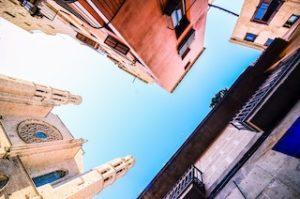 несколько здания на фоне синего неба