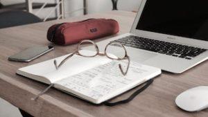 очки, блокнот, компьютер и мышка