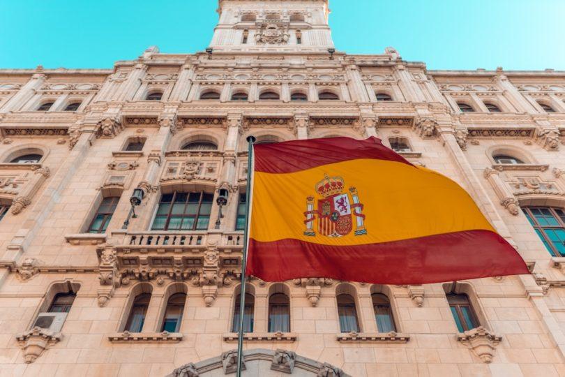 флаг Испании на фасаде здания в Мадриде