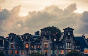 крыши домов с включенными светом внутри