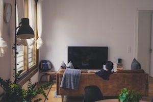 диван и телевизор в квартире