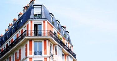 оранжевый фасад здания