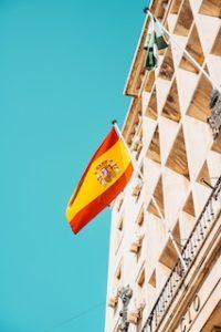 флаг Испании на фасаде здания