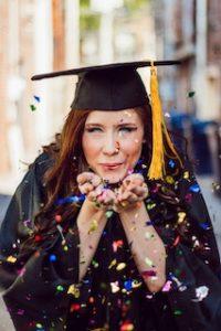 студентка раздувает конфетти