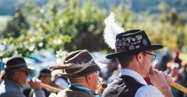 два мужчины в традициональных костюмах Германии