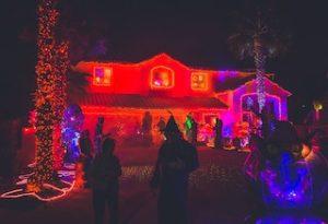 две фигуры на фоне дома в красных огнях