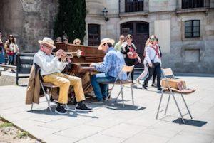уличные музыканты на площади в Барселоне