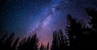 звездное небо в фиолетово-розовых тонах