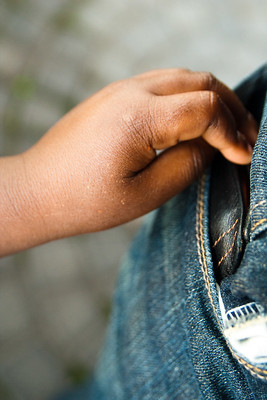 рука достает из кармана джинс кошелек