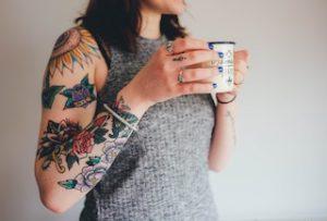 торс женщины в татуировках