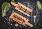 суши поданные на деревянных досках