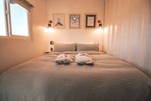 двухспальная кровать в комнате