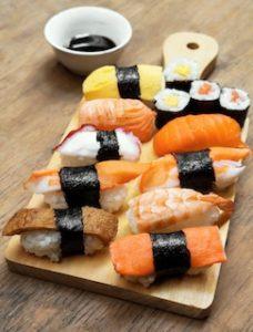 суши на деревянной досточке