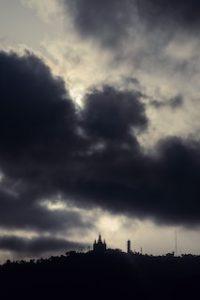 сгущенное темное небо над горой Тибидабо