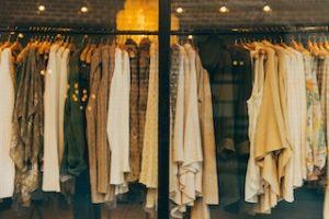 предметы одежды на вешалке