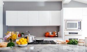 кухня в белом цвете с фруктами