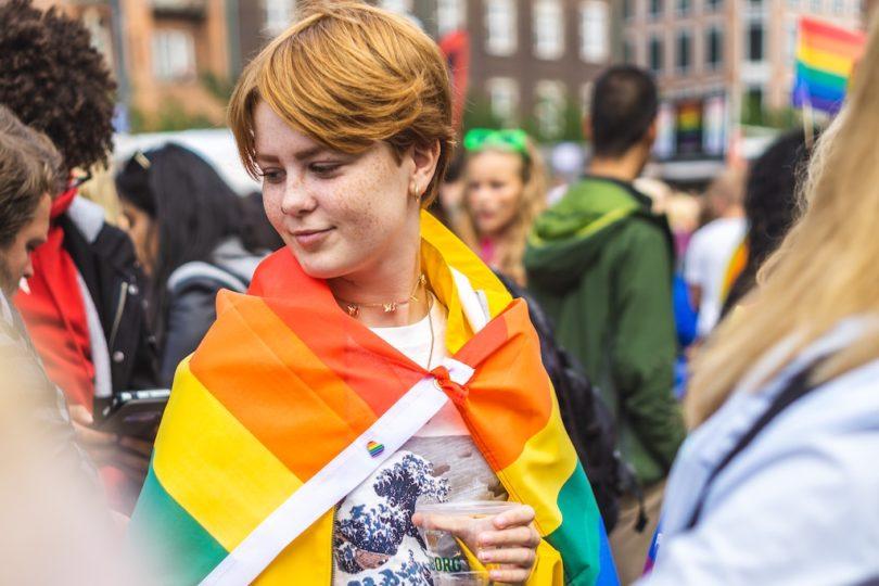 рыжеволосая девушка в флаге ЛГБТ