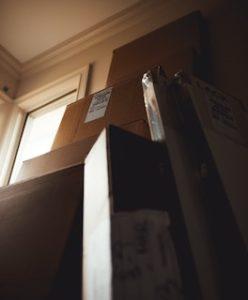 коробки возле стены