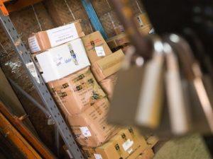 коробки и замки на складе