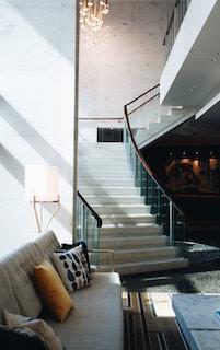 комната с лестницей