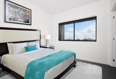 комната с кроватью, картиной и панорамным окном