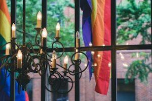 люстра, окно и флаг ЛГБТ