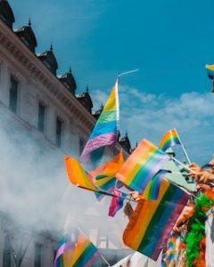 флаги ЛГБТ на фоне голубого неба