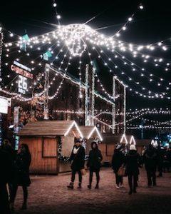 две девушки прогуливаются под рождественскими огнями