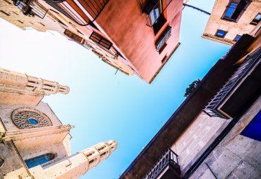 вид снизу на два здания и церковь