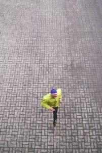 мужчина бежит по асфальту