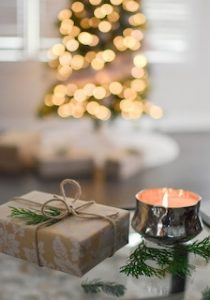 подарок и свечка напротив ёлки