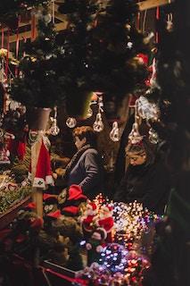 женщина на рождественской ярмарке