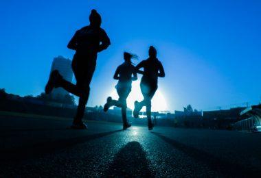 люди бегут по ночному городу