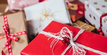подарки в разноцветных упаковках