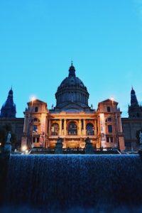 величественное здание на фоне фонтанов