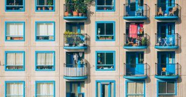 дом с 4 этажами и синими балконами