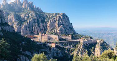вид на горы и на монастырь Монсеррат