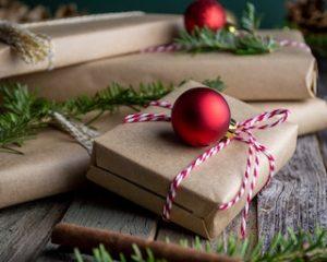 запакованные подарки и новогодние шары