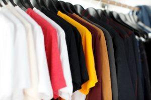разноцветные кофты на вешалке