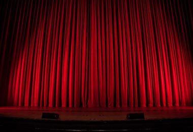 красная театральная занавесь