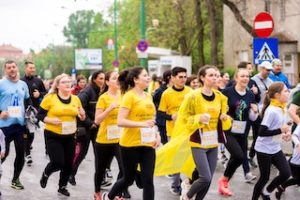 мужчины и женщины бегут марафон по городу