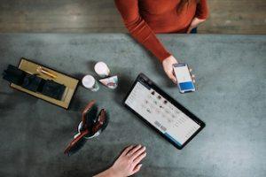 компьютер, магазинная стойка и телефон