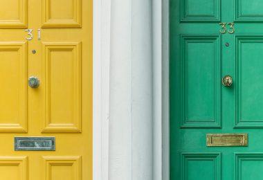 желтая и зеленые двери