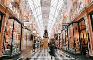 интерьер торгового центра с рождественской ёлкой