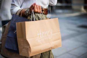 пакет с покупками в руке женщины