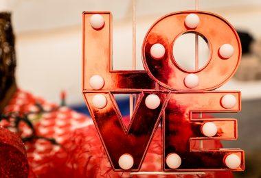 красный знак с надписью любовь на английском